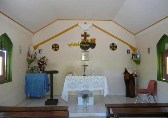 Eglise restaurée du village abandonné d'Otao – Tahanea. L'influence des prêtres est dominante dans tout l'archipel. Dans les iles, le prêtre d'Eglise Catholique ou Protestante, envoyé de Dieu est celui qui a le pouvoir: «le Mana» et contribue à représenter l'autorité.