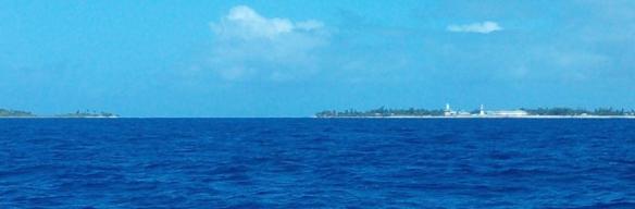 Atoll de Makemo Passe Arikitamiro – A droite le village avec la cathédrale et le phare.
