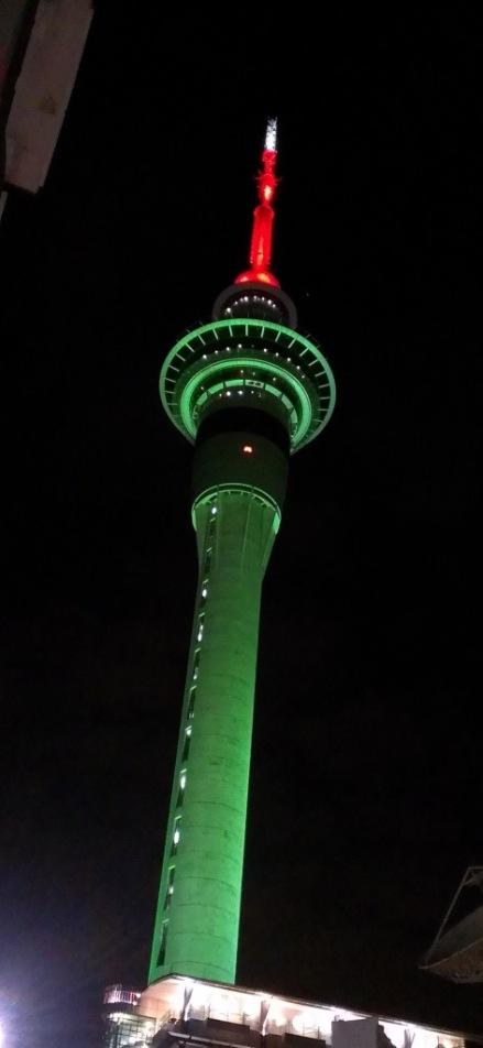 Auckland – The Needle en habit du soir pour Noel.