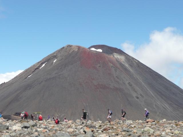 Le cône parfait du mont Ngauruhoe, un mont sacré pour les Maoris qui apparait toujours couvert de nuages dans les représentations officielles. C'est aussi le mont Doom dans lequel Frodon va jeter l'anneau maléfique dans le film de Peter Jackson.
