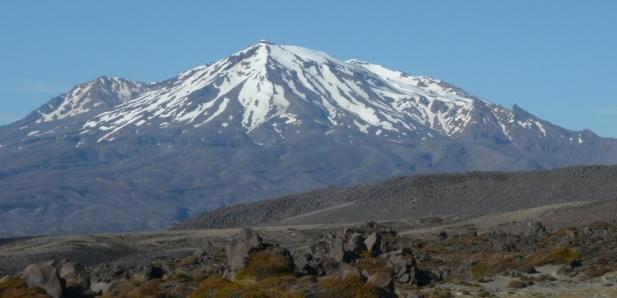 Le mont Ruapehu encore couvert de nuage en décembre. Ses pentes concentrent les stations de ski de l'île du Nord.