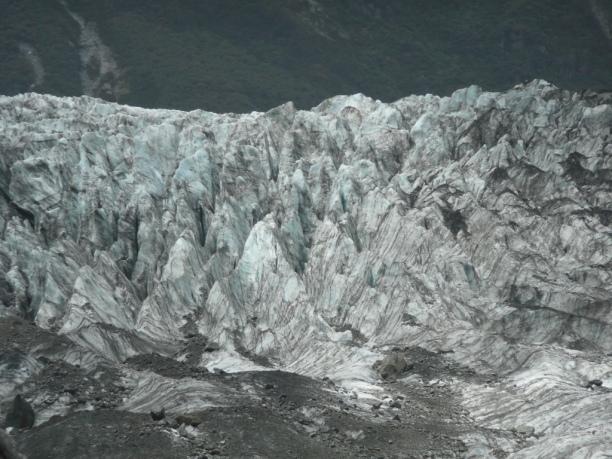 Fox Glacier. Il est avec le glacier Franz Joseph une attraction majeure de l'Ile du Sud. Jusqu'il y a 5 ans on pouvait aller marcher sur le glacier. C'est désormais impossible. Il a tellement reculé et devenu instable qu'on ne peut y faire des excursions qu'en hélicoptère, alors que le bureau de la conservation du site nie le principe même de réchauffement climatique. De 8h matin à 18h, le ballet est incessant, à coup de 350NZD par 1/2h. Vous avez dit: «Bilan carbone?»