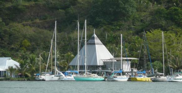 La marina de Hienghène – un ponton, 12 bateaux. Interdit de mouiller dans la rivière... la Tribu en a décidé.