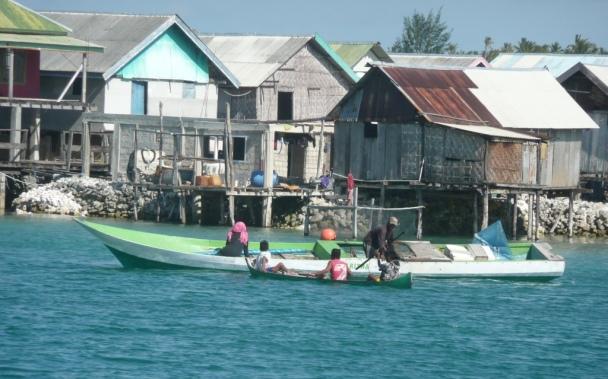 Tomia – Wakatobi resort – Coté pile: JiangDong, simplicité et mosquée. Le village de Langgamau où est logée la quasi-totalité des employés du resort et leurs familles.