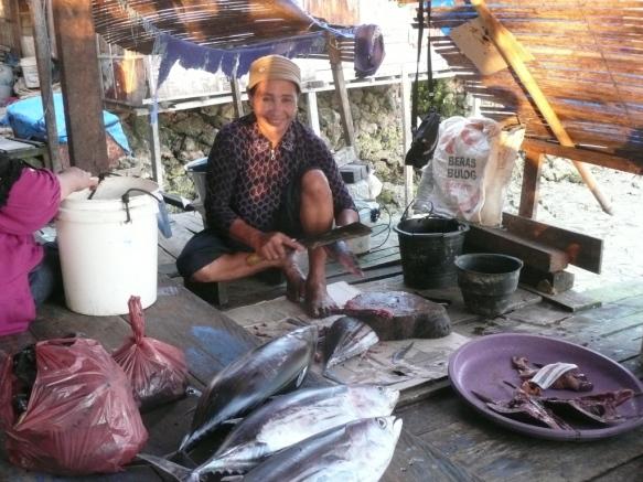 Wanci – Wangi Wangi – Passar Malam (marché du soir). Les femmes se maquillent avec une poudre appelée burak ou borak fabriquée avec du riz, des algues et des épices.