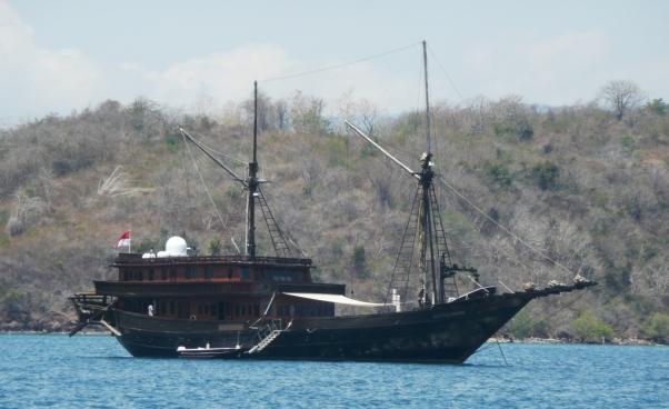 Phinisi reconverti pour des croisières dans l'archipel de Komodo. Noter le radome à l'arrière.