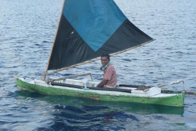 Bonerate – Pêcheur. Ce jour-là, après deux heures passées sur le récif, toute sa pêche se résume à trois petits anchois…