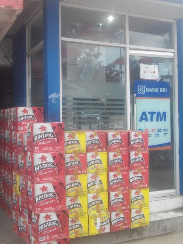 Livraison de matériel pour compétition de Beer-Pong, occupation préférée des jeunes touristes de Gili T.