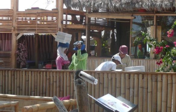 Expression 1 de la fracture culturelle. … A quelques mètres des femmes portent des plaques de plâtre sur la tête.