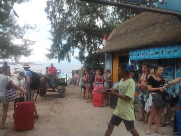 Expression 2 de la fracture culturelle. …Touristes blancs et débraillés attendant la navette.