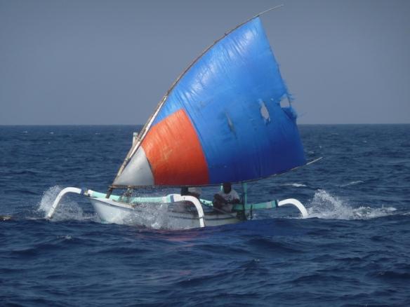 Navigation dans le détroit de Lombok (25 nm), il s'agit du passage le plus direct des eaux du Pacifique s'échappant vers l'Océan Indien.