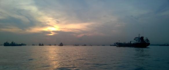 Zone de mouillage dans l'archipel de Riau. Sous l'orage : Singapour
