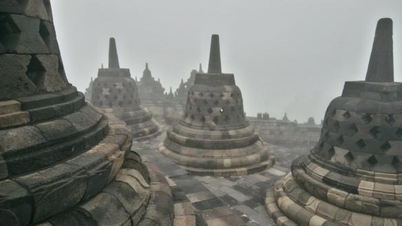 Petit jour à Borobudur, avant que les hordes ne viennent envahir le site où des hauts parleurs diffusent à longueur de journée l'ordre de ne pas escalader les stupas