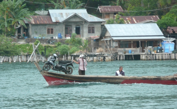 Penuba - Archipel de Lingga Ojek (moto) à flot