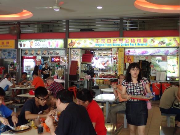 Tiong Barhu – Hawker center. Dans un souci d'hygiène et d'urbanisme les restaurateurs de rue Chinois, Malais ou Hindus ont été regroupés (en dépit de mouvements protestataires rapidement jugulés) au-dessus des marchés. Ceux-ci répondent à une organisation stricte où cohabitent plateaux et vaisselle Halal et non Halal (phénomène récent d'adaptation à la clientèle moyen-orientale). Le shopping et manger au restaurant constituent les principaux hobbies des Singapouriens «prisonniers» de la Cité-Etat, le sexe n'est pas à l'ordre du jour, la transition démographique est très avancée, voire blette.