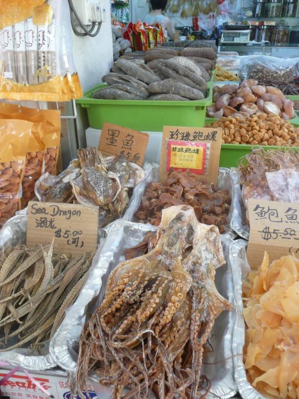 Singapour – Pharmacie traditionnelle, au fond, trépang ou holothurie séchée. La médecine traditionnelle prête au concombre de mer des vertus permettant de soigner l'anémie, l'impuissance et d'augmenter la longévité en nourrissant l'énergie vitale au même titre que l'aileron de requins ou la soupe de nids d'oiseaux. Très prisé en gastronomie, l'aileron de requin au même titre que les accessoires de luxe symbolise la richesse, la puissance et le prestige. Le prix est d'environ 400 usd/kg et le bol de soupe (30g) est commercialisé entre 15 et 150 usd, ce qui en fait un des produits de pêche les plus chers au monde. Le marché mondial représente 15000 tonnes et est alimenté par des pêcheurs de plus de 100 pays.