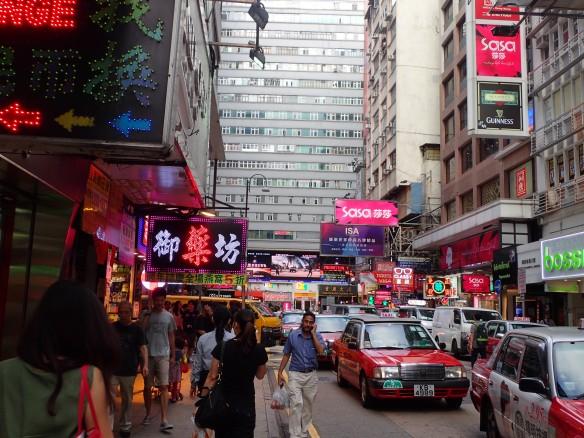 Hong Kong – Chungking mansion à Kowloon. Chungking Mansions est considéré comme le quartier africain de Hong Kong. Le complexe abrite environ 4000 résidents, des restaurants de curry, des magasins de sari, des agents de change, des vendeurs de mobile et près de 2000 chambres éclatées en guesthouses aux tarifs les plus bas de la ville (20 usd).