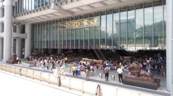 Hong Kong – Dimanche après-midi sur le parvis, ombragé, du siège de HSBC, les bonnes Philippines se retrouvent pour festoyer et soigner le mal du pays.