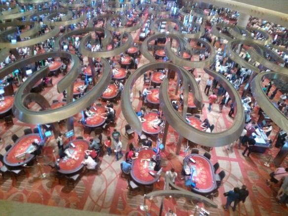 Une salle des marchés? Non… un des trois étages du Casino du Marina Bay Sand…