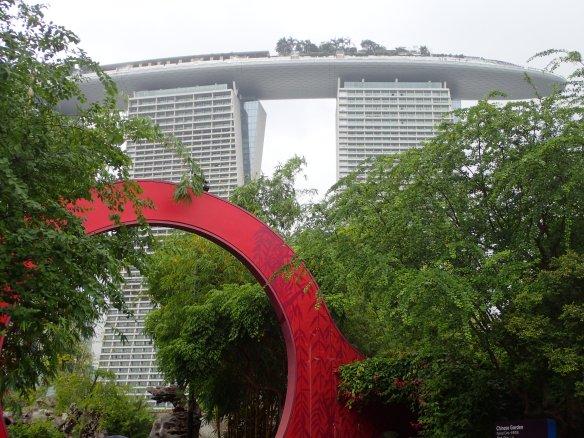 Singapour – porte de Lune et Marina Bay Sands. L'élément rond est présent dans tous les jardins chinois. Il symbolise le passage dans un autre monde. Selon la philosophie taoïste celui qui la franchit s'intègre à l'univers.