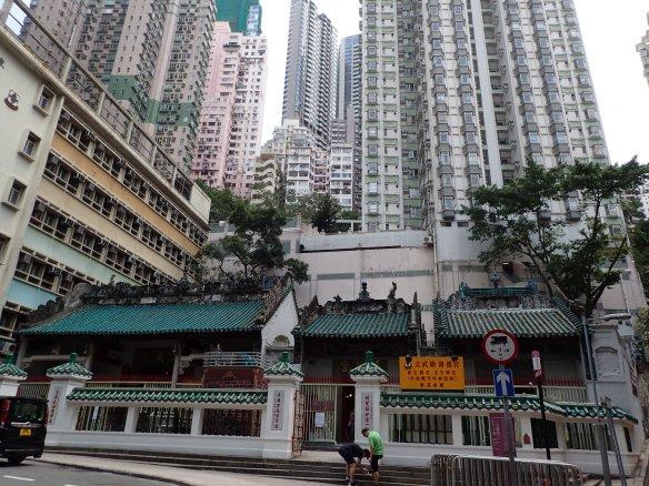 Hong Kong – Temple Man Ho, Hollywood road. Le temple, un des plus vieux de Hong Kong, écrasé par les cités d'habitation se situe à mi- pente du Peak. Il rassemble les dieux de la guerre et de la littérature.