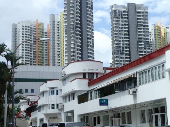 Singapour – Tiong Bahru. Ce quartier, un des plus anciens projets d'habitat social a fait l'objet de réhabilitation dans les années 1970 et 1980. Les immeubles en forme de bateau abritent aujourd'hui la communauté bobo de Singapour.