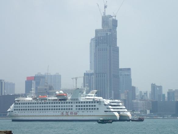 Hong Kong – Causeway bay. Ce trou à typhon naturel coincé entre Kowloon et l'ile de Hong Kong est considéré comme le centre de la ville. Bordé de gratte ciels, il concentre les plus grands centres commerciaux et les loyers parmi les plus élevés du monde. Sous le port, tunnels routiers et ferroviaires, un entrelacs multidimensionnel de commodités qui irrigue l'île.