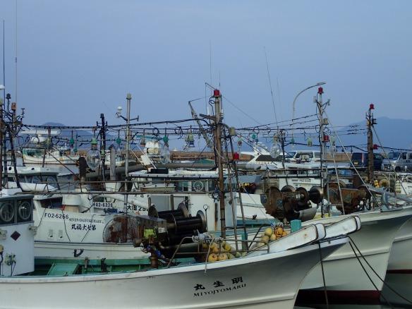 Port de pêche d'O Shima. Toute la flotte est équipée pour la pêche à la seiche de nuit. Environ 10% des bateaux sortent encore.